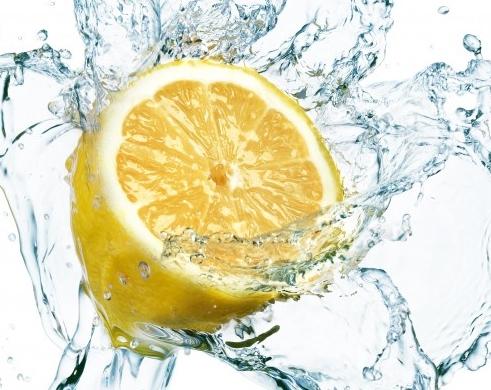 smyagchit-zhestkuu-vodu-limonom